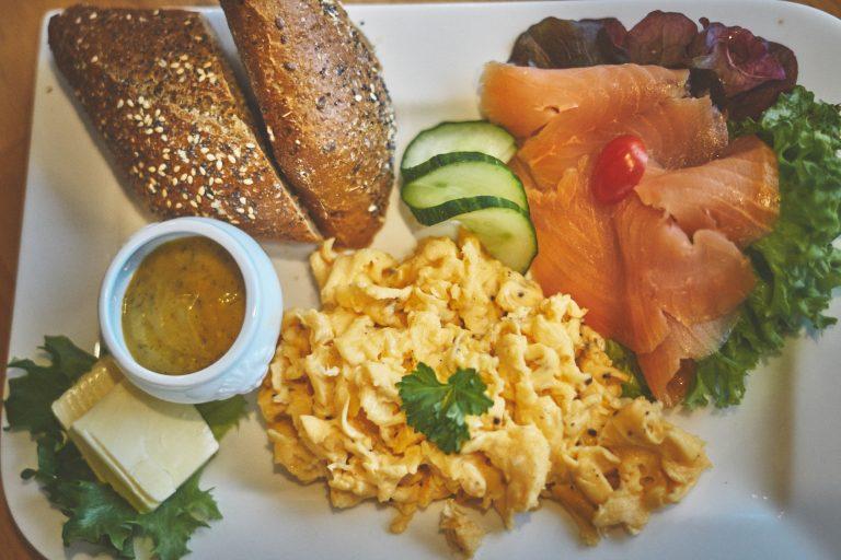 Frühstück mit Lachs und Rührei